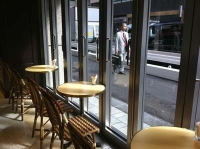 「カフェ エメ・ヴィベール」は、パリ風の内観がかわいい