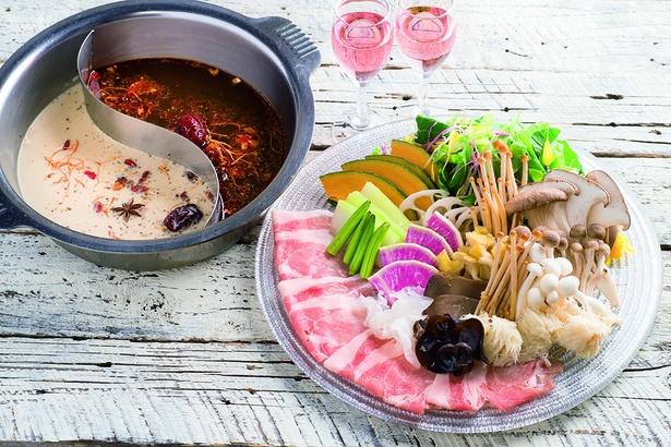 薬膳鍋に使われるのは、漢方薬剤師が調合した18種の漢方食材。疲労回復スープや美肌豆乳スープなどから好みに合わせて選ぼう