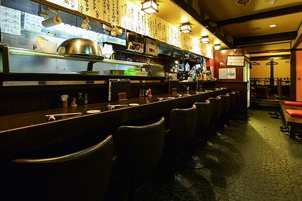 カウンター席や座敷の個室もあり、人数に合わせて使い分けできそう。営業は翌朝4時まで。マグロ料理と酒をゆっくり味わって