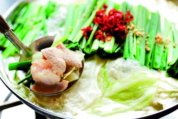 「木村屋名物コース」(3780円)のもつ鍋。プリプリのもつとスープの相性は抜群