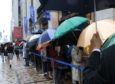 大雨で寒い中、200人の行列ができた「COREDO室町」。2つの注目施設の同時オープンで日本橋の街が今後どう変わっていくか、新名所としての成長も楽しみだ
