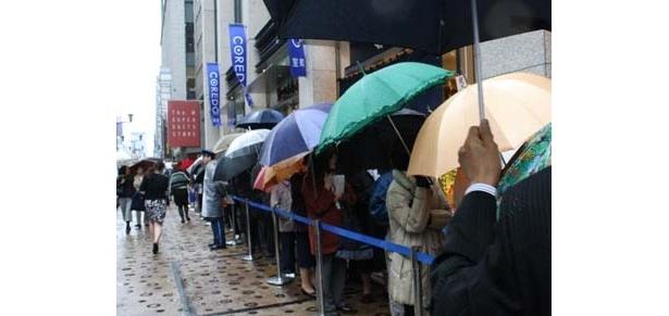 大雨の中、日本橋大混雑! コレドとユイト2大施設が同時オープン