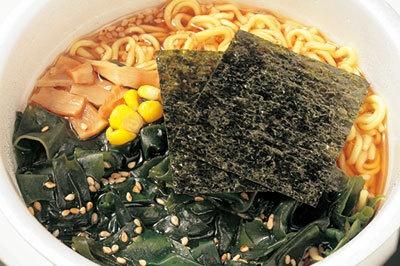 醤油のベースにアサリなどのうま味を加えたスープを使用。たっぷりのワカメは食感も格別!