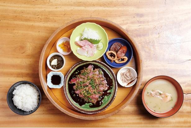 鈴之家定食(1200円)。カツオの漬けをおかずにして食べるのが定番の食べ方 / 鈴之家旅館