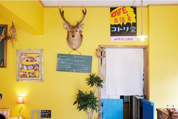 店内の壁紙もオーナーの手貼り / コトリ堂