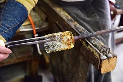 片手で棒を回しながら、コップの口を広げる難しい作業 / 吹きガラス工房 粋工房
