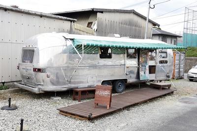 教育大前駅近くに現れたトレーラーハウス型カフェ / LiV KiTCHEN
