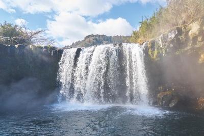 滝の真正面には展望スペースがある / 仙洞の滝