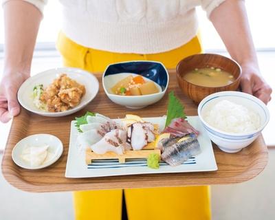 刺身定食(1000円)。味噌汁やおかずが付く / 魚市場もったいない食堂