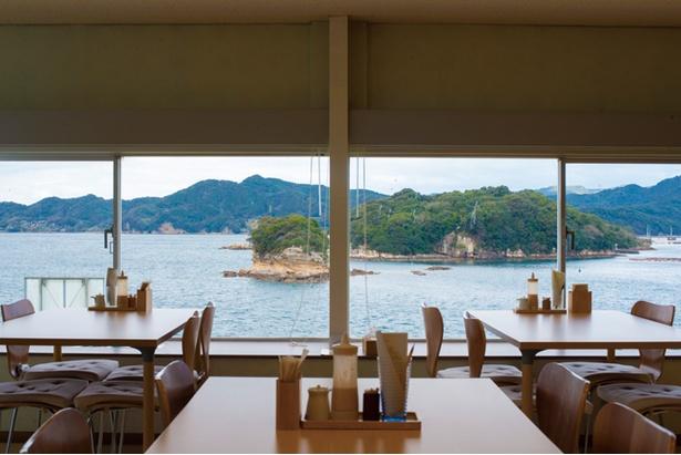 【写真を見る】オーシャンビューが広がる眺めのいい店内 / 魚市場もったいない食堂