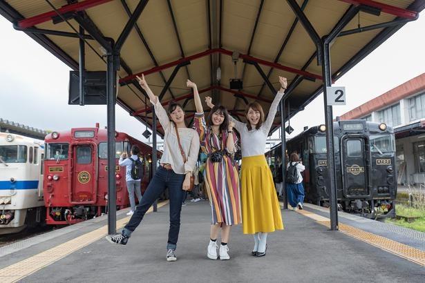 吉松駅では、運行日が重なれば「はやとの風」(右)と「いさぶろう・しんぺい」(左)が居並ぶ写真を撮ることが可能