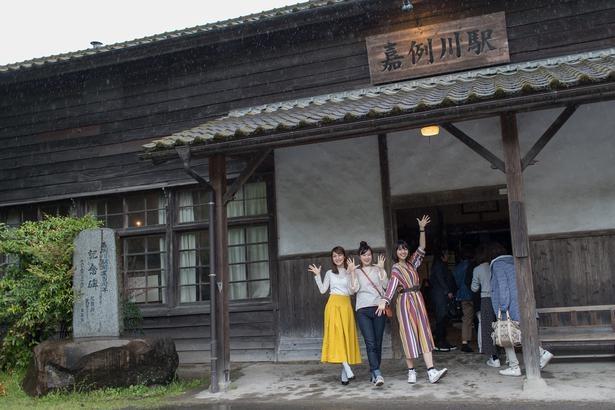 県内最古の駅舎が残る嘉例川駅は、駅事務室などがそのまま残されている。数分間停車するので見学してみよう