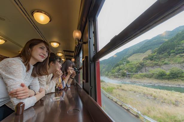 肥薩線では球磨川沿いを走る。展望スペースからの眺めは抜群だ