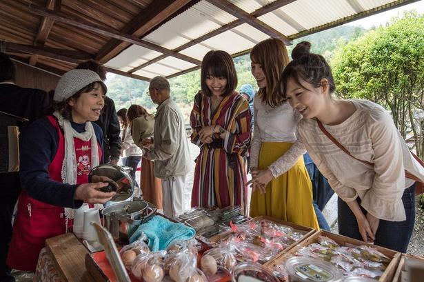 真幸駅では週末を中心に特産品の販売が行われ、地元ならではの食材や加工品が並ぶ