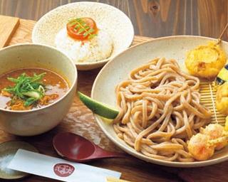 店内で挽いたカレースパイスと焙煎胚芽入りうどんが香ばしい!京都のつけうどん店「京都四条 くをん」