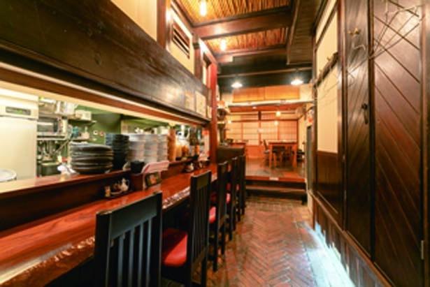 【写真を見る】和モダンな店内にはカウンターのほか奥には小上がりのテーブル席もあり、居酒屋使いにも最適/花雷 烏丸