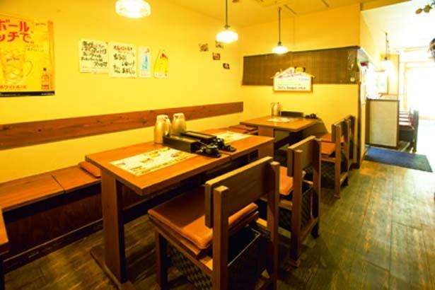 【写真を見る】1階はテーブルとカウンター、2階に座敷を用意/うどん小屋 柔製麺