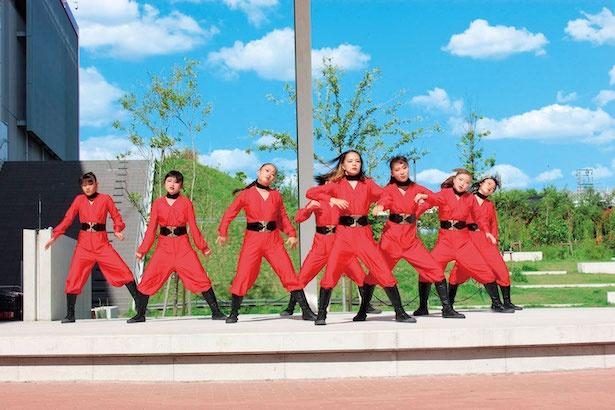 3〜18歳の子供たちによるライブステージは、かわいいだけでなくキレのあるダンスに圧倒される