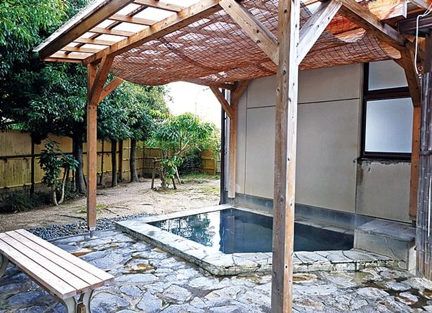 豊前温泉 天狗の湯 / 広さ3坪ほどの露天風呂では、木々を配した箱庭を眺めながら湯浴みできる