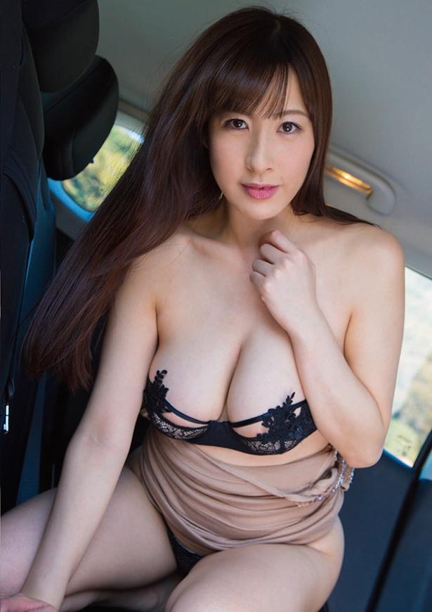 山咲まりなファースト写真集「泥棒ねこ 山咲まりな写真集」(双葉社)より