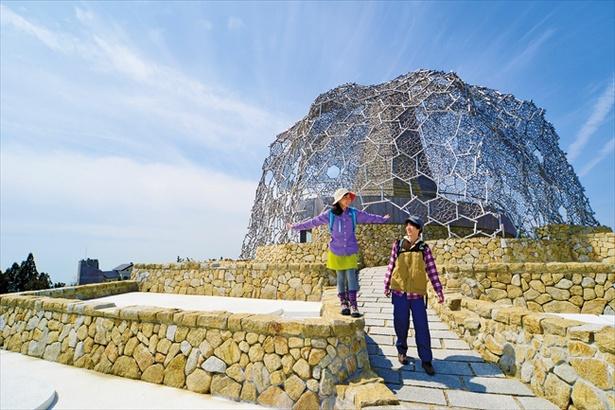 六甲山上を周遊しよう。写真は六甲ガーデンテラスの「自然体感展望台 六甲枝垂れ」