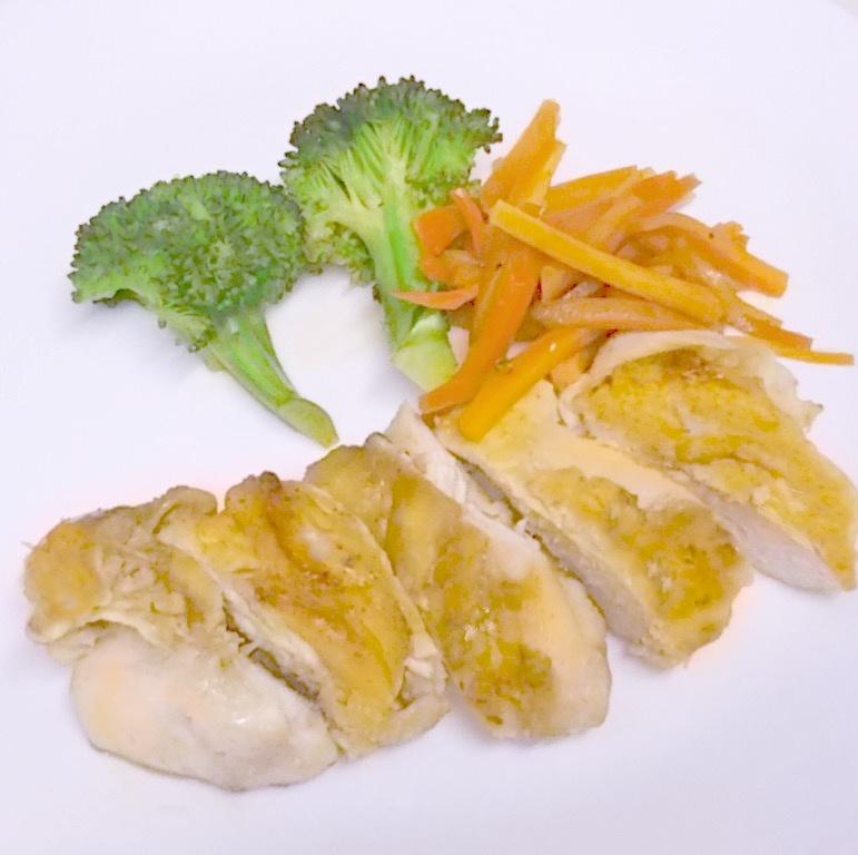 フライパン1枚で付け合わせの蒸し野菜も一緒に完成!