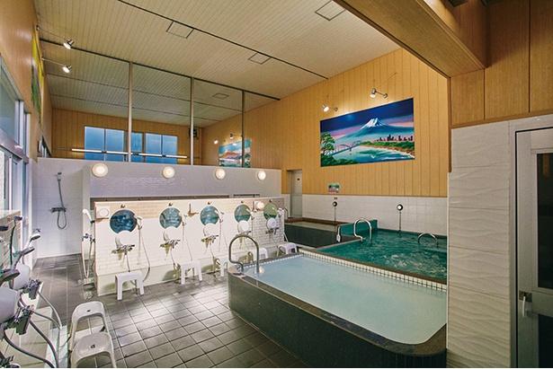 2018年4月に新装リニューアル。湯船のほか、炭酸泉やジャグジーなども併設。タオルのレンタル(¥20)もでき、手ぶらでもOK