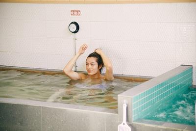「いつもは夜に入浴するので、朝風呂は新鮮ですね」。風呂上がりのドリンクはコーヒー牛乳派だそう