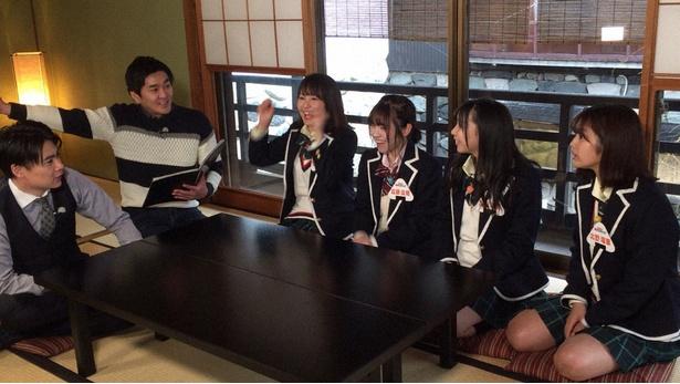 平成にまつわるクイズに挑戦する()北野瑠華、太田彩夏、佐藤佳穂、惣田紗莉渚(写真右から)