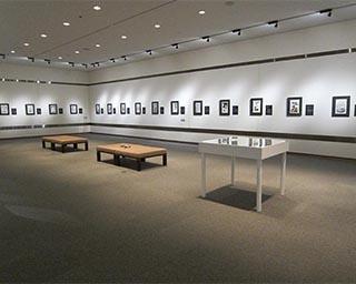 展示室の様子。貴重な資料の数々が多数並ぶ