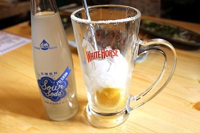 「金宮シャリキンレモンサワー(税抜 550円)」は自分で炭酸を注ぐスタイル。パンチのあるアルコールがかわ焼きによく合う