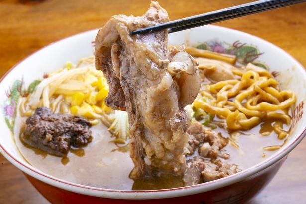 【写真を見る】チャーシューには珍しい豚スジを使用。醤油ダレなどでじっくり煮込んでいて、箸でほどけるほど柔らか。コラーゲンもたっぷりだ