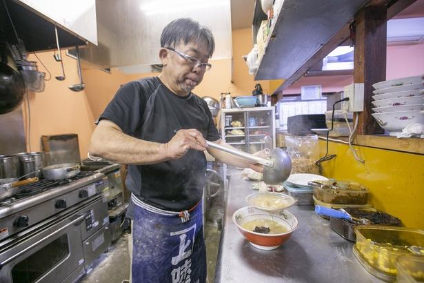 店主は独学でラーメンを研究し、48歳で「丹行味素」を立ち上げた。2019年1月に「自家製麺鍛錬場 瀧ざわ」をオープン