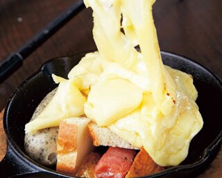 具材が見えない!あふれるチーズに大満足の「dining room hamon」のラクレットプレート