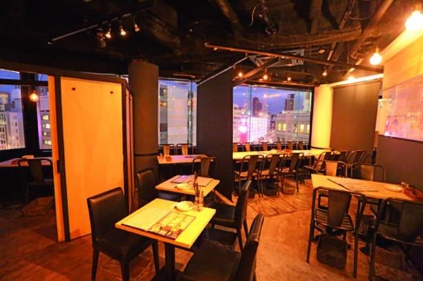 梅田の夜景が見下ろせる個室空間が魅力。落ち着いた雰囲気で、ゆったりとした時間を過ごすことができる/夜景個室 肉バル&チーズフォンデュ ソラバル 梅田店