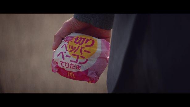 「厚切りペッパーベーコンてりたま」も動画に登場