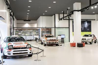往年のレーシングカーが展示されている
