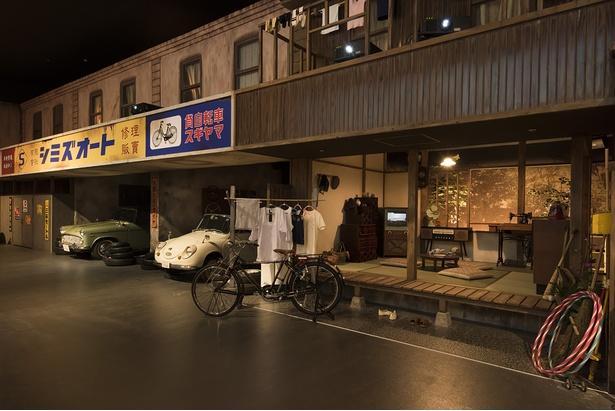 1960年代の東京の町並みにヒストリックカーを展示