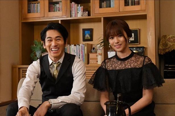 【写真を見る】親戚の集まりで笑い合う順子(深田恭子)と雅志(永山絢斗)。まるで夫婦!