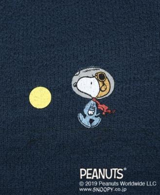【写真を見る】胸元には月と一緒に宇宙服姿のスヌーピーをデザイン