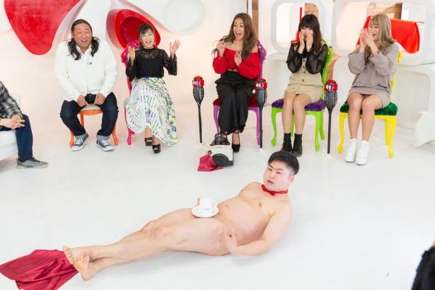 【写真を見る】ウエスPの裸芸に一同ハラハラ!
