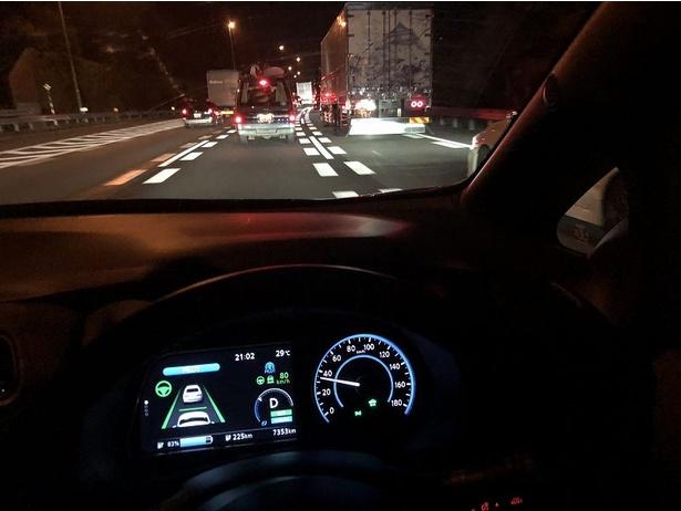 渋滞中の様子。設定速度以下(80km/h)を下回っていても車両は自動的に対応している