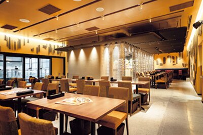 モダンなカフェスペースのほか、店頭ではケーキやチョコレートを販売/パティスリー&カフェ デリーモ京都