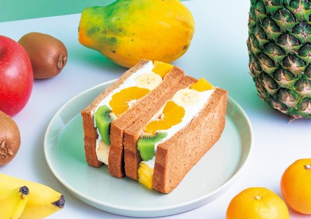 【写真をみる】季節のフルーツを使うフルーツサンド(972円)/堀内果実園