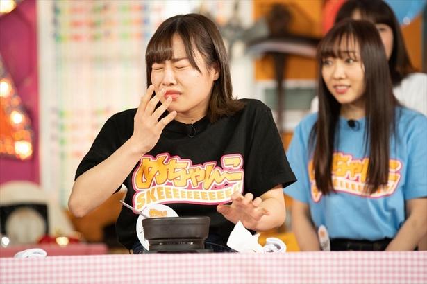 SKE48の若手メンバーが過酷企画に挑戦する「スダチャレ」。レベル1の激辛料理で、青木詩織がナイスリアクション!