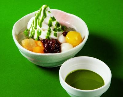 宇治抹茶ソースのソフトクリームあんみつ(税抜499円)