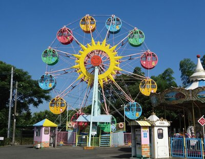 福岡市動物園 / ファミリーに大好評の「遊戯施設」。観覧車やメリーゴーラウンドといった、子供たちが喜ぶ定番の遊具がずらり
