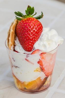 イチゴのパフェ。生クリー ム、スポンジケーキ、イチ ゴ、イチゴアイスなどをト ッピング。スイーツの販売は2月上旬スタート予定