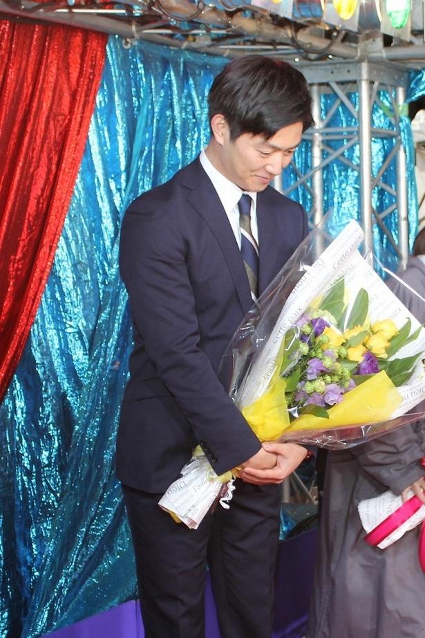 大事そうに花束を抱える工藤阿須加