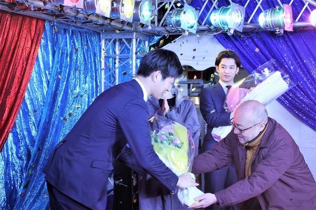 猪股隆一監督から花束を受け取る工藤阿須加
